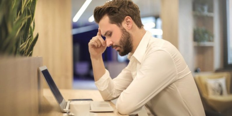 stressed-client-looking-at-computer