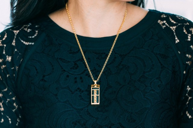 gold+necklace+on+figure
