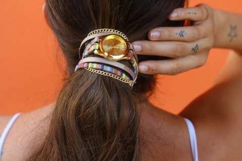 Acconciature estive: gli orologi nei capelli sono il trend del momento
