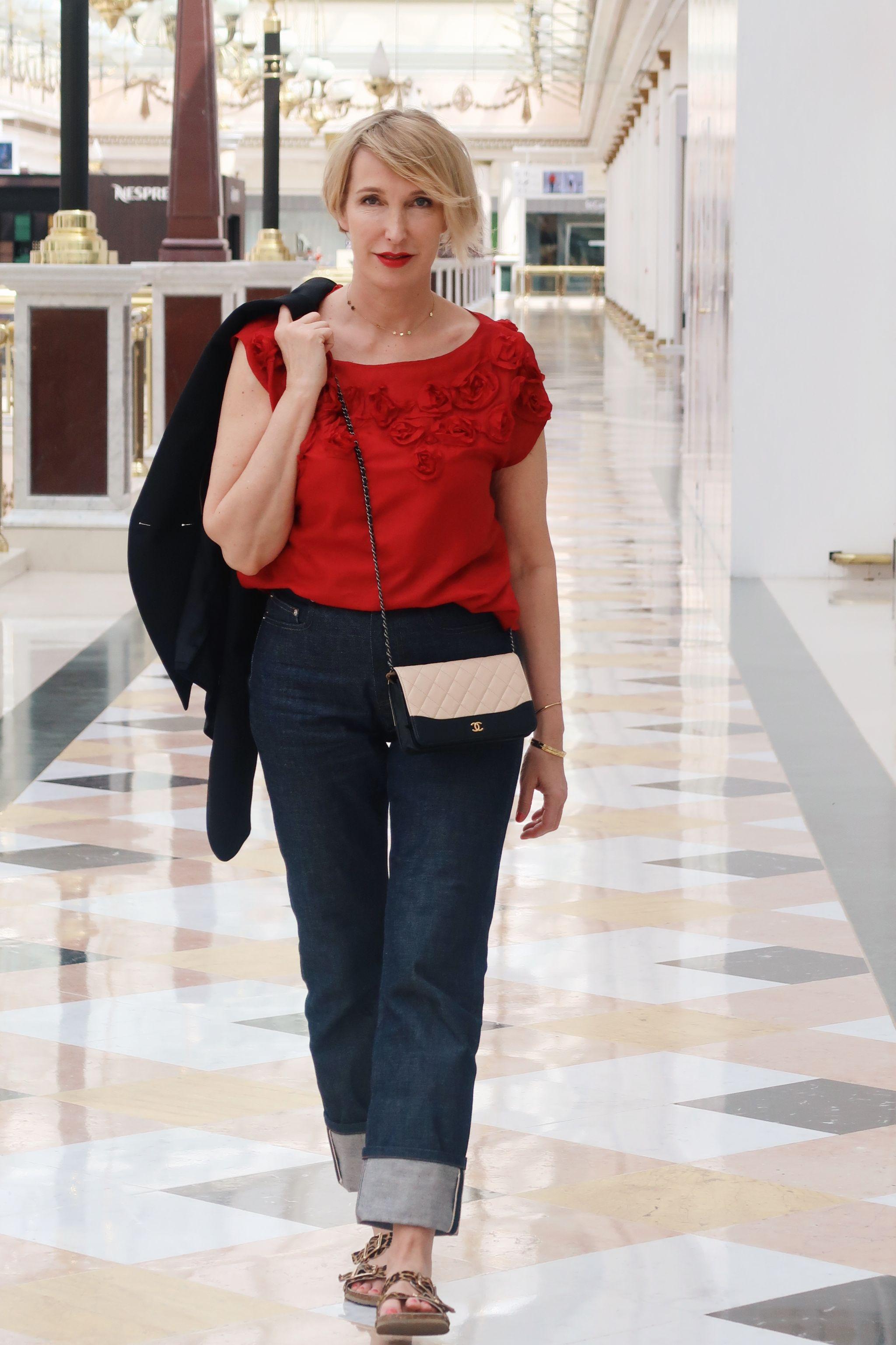 glamupyourlifestyle rote-seidenbluse girlfriendjeans birkenstock-sandalen birkenstock ue-40-mode ue-50-blog chanel-tasche
