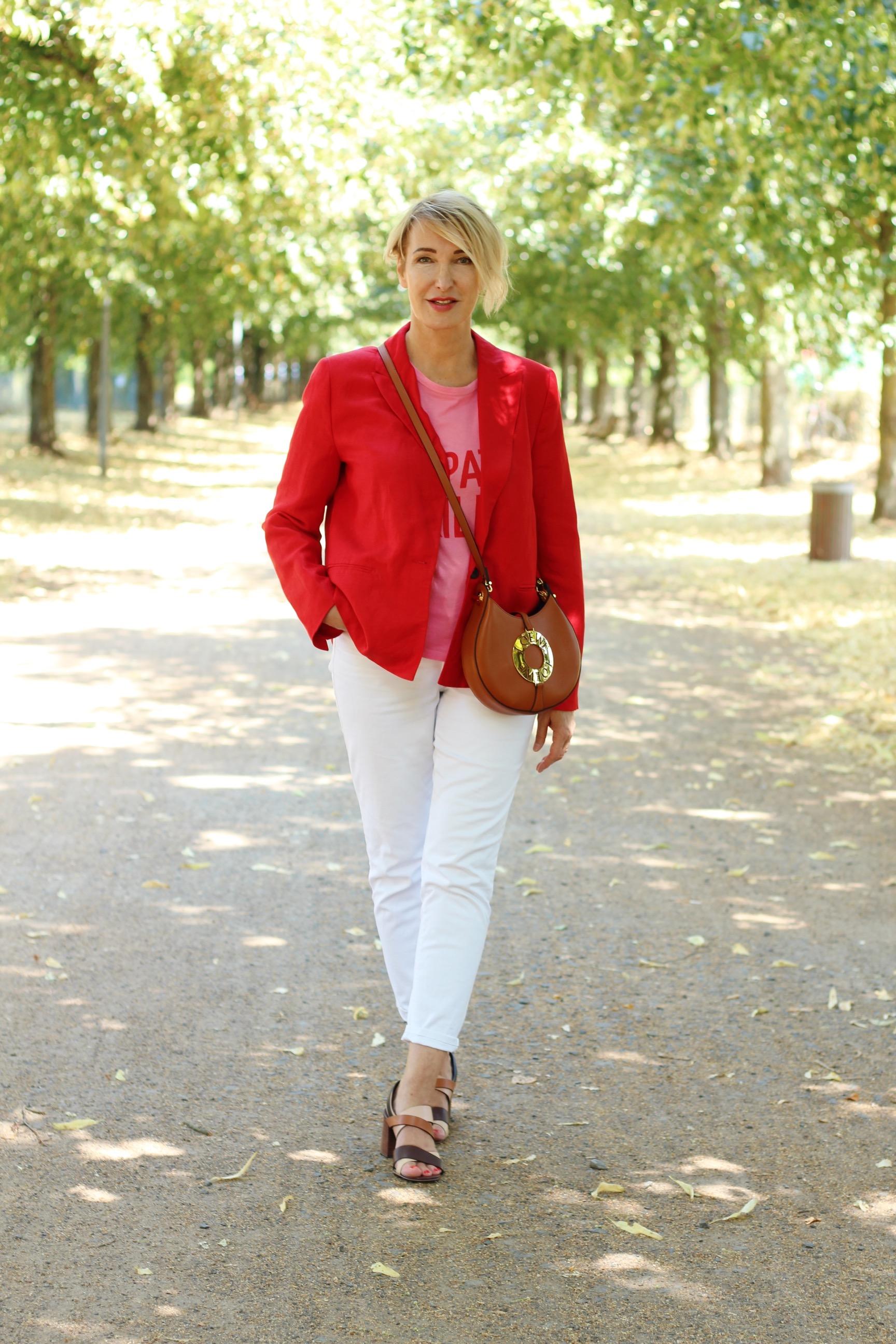 glamupyourlifestyle weiße-jeans roter-blazer sommer-outfit ue-40-blog ue-50-blog Fashionblog ü-40
