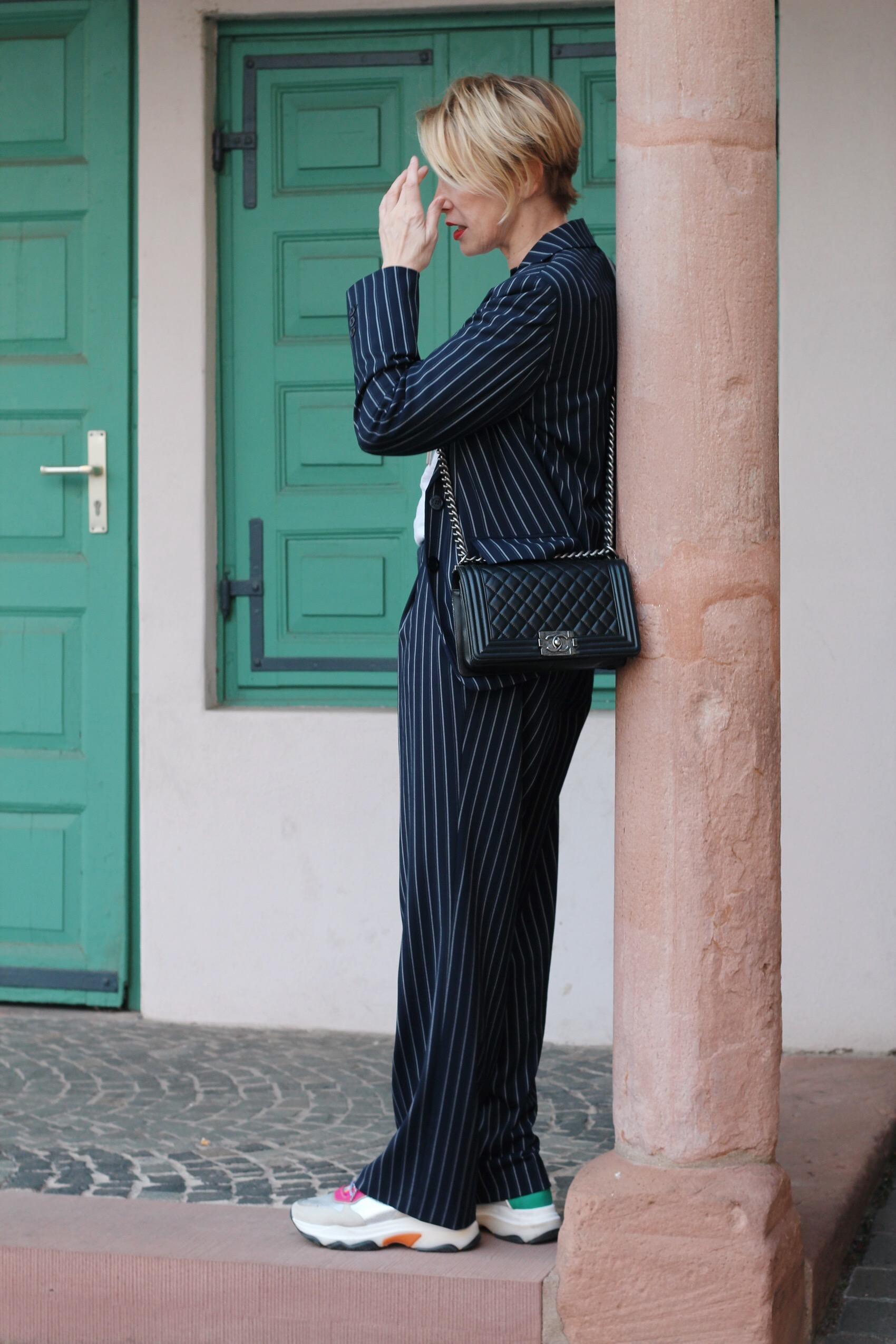 glamupyourlifestyle nadelstreifen Hosenanzug Damenanzug Nadelstreifen-Anzug Büro-Outfit ü-40-blog ü-50-blog ue-50-blog Modeblog