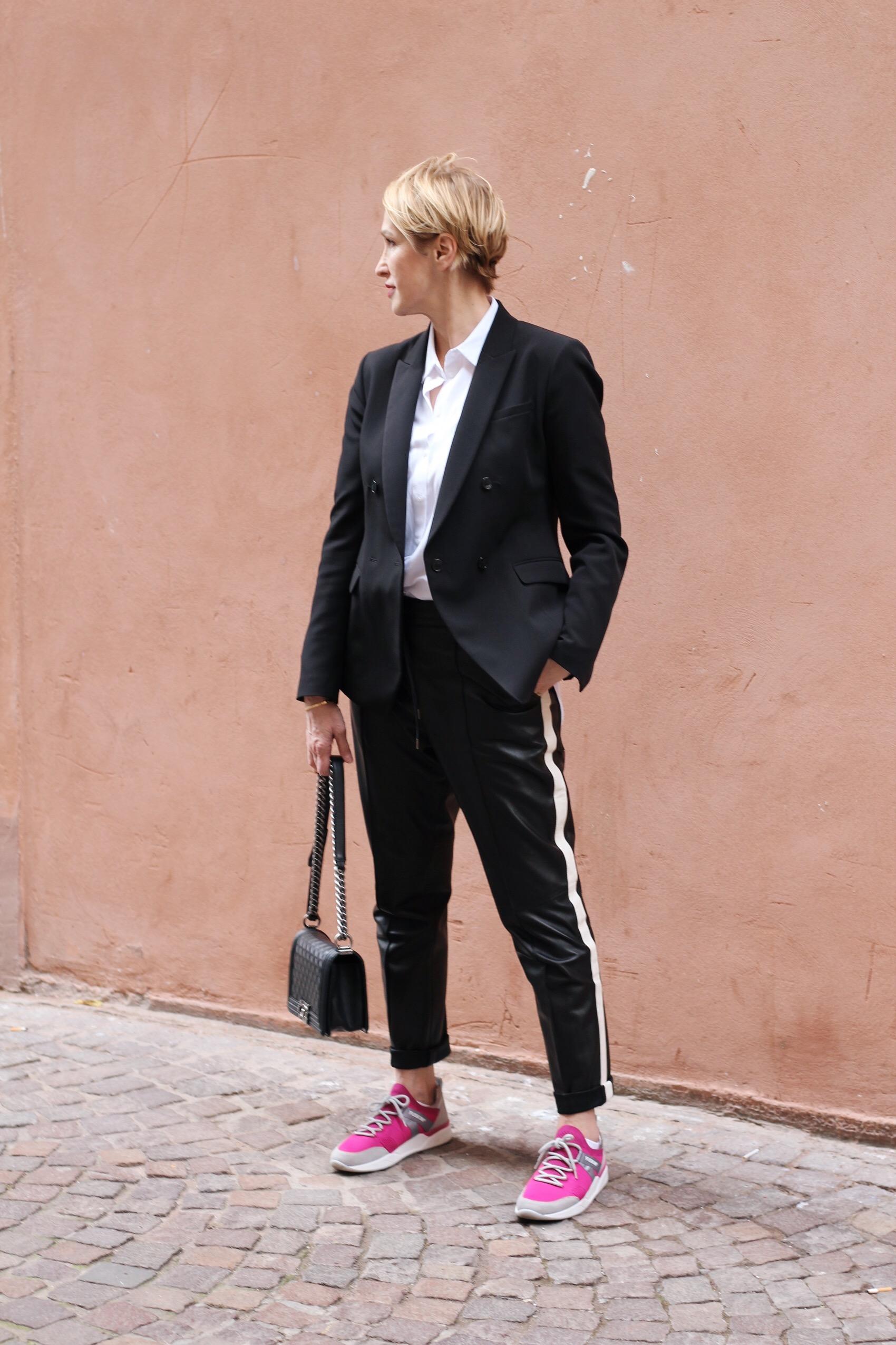 glamupyourlifestyle lederhose blazer klassischer-blazer büro-Outfit athleisure-trend ü-40-blog ü-50-blog ue-40-blog ue-50-blog