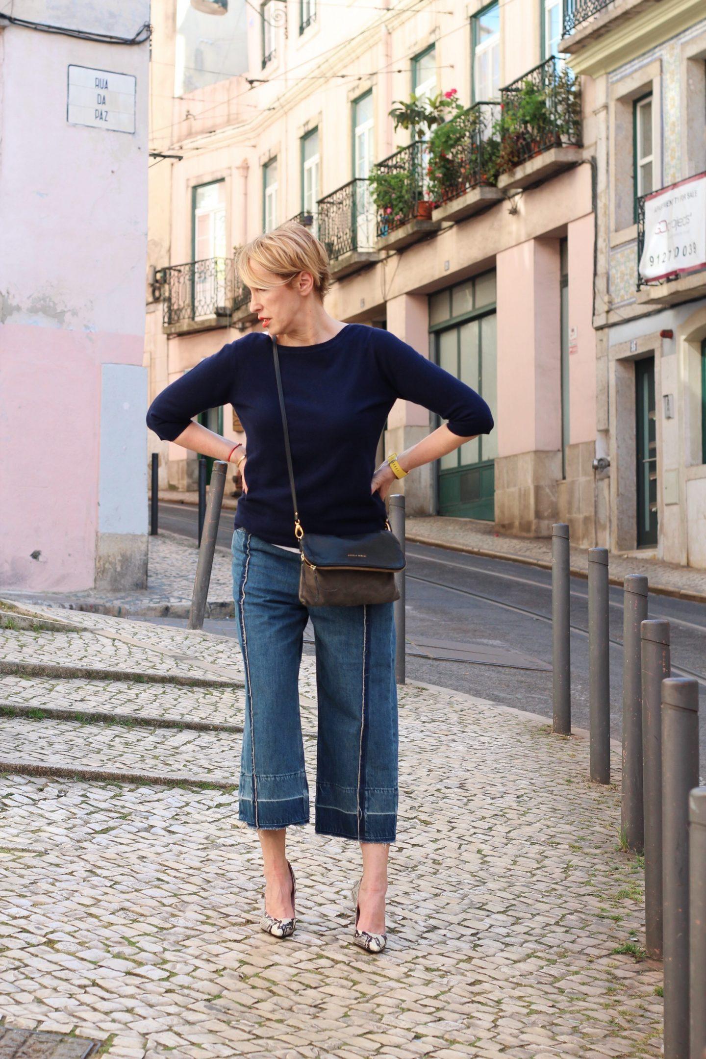 Culotte Jeans - Hosenrock richtig kombinieren. Outfitideen für Frauen Ü40 Ü50 - Jeans Culotte mit X-Figur richtig tragen.