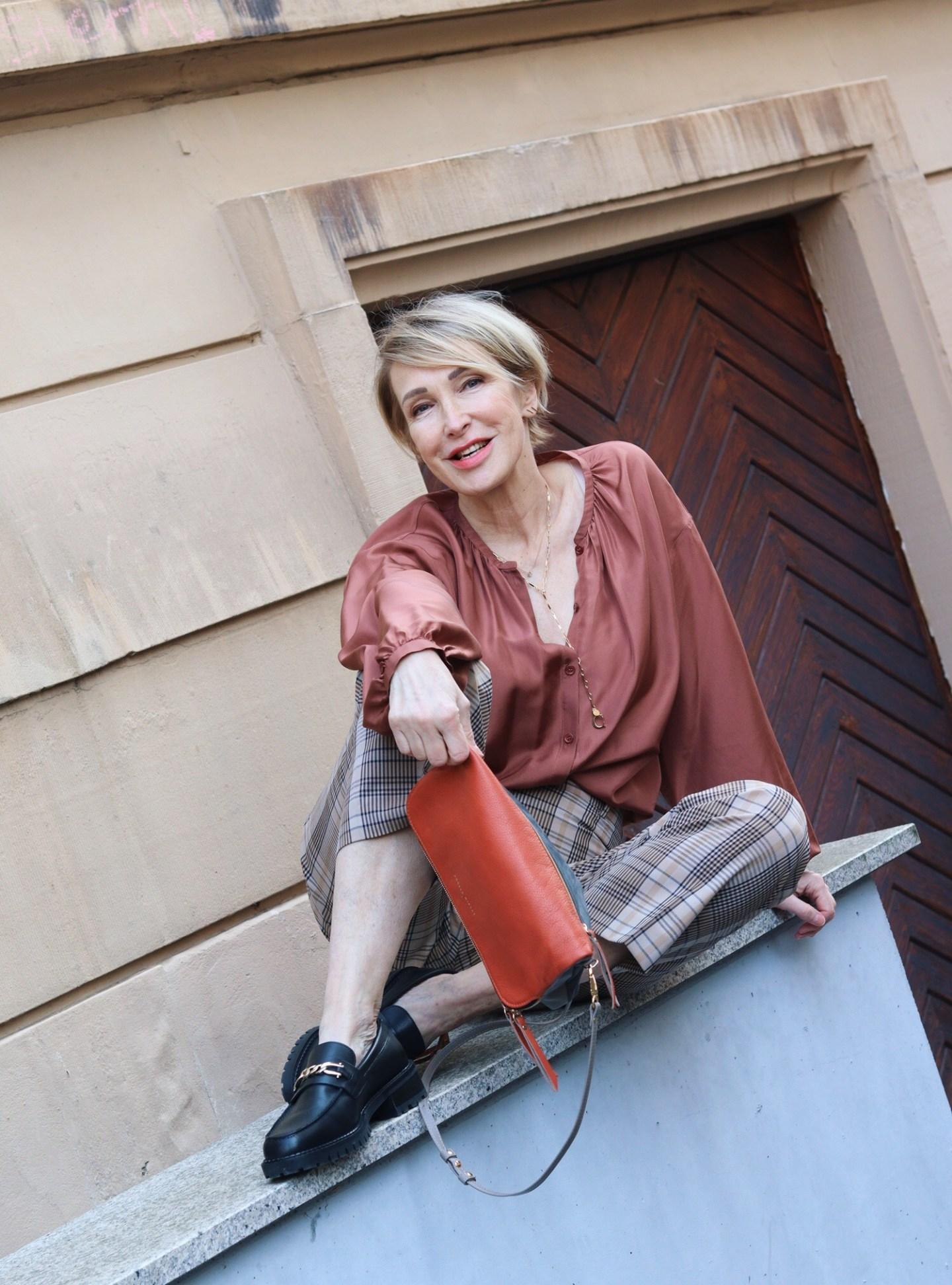 glamupyourlifestyle karierte-hose Seidenbluse Loafers ue-50-blog