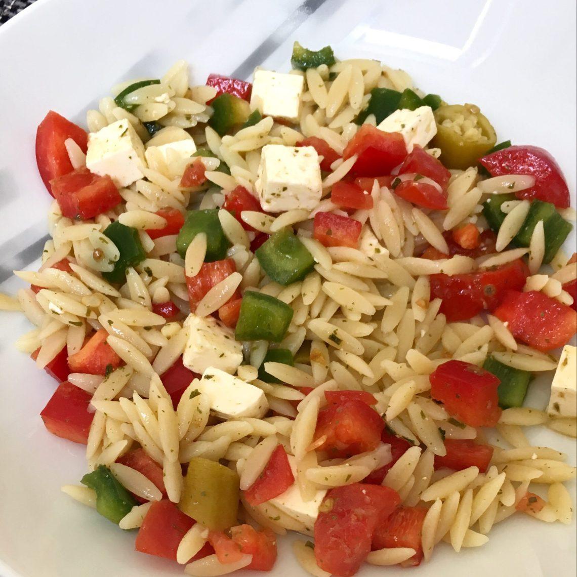 Griechischer Nudelsalat mit Fetakäse, Paprika, Peperoni und Dressing