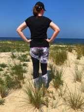 Katy Glossy am Strand stehend in den Dünen