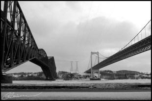 Break point. (Bridges over St.Lawrence river, Québec, Canada, février 2004.)