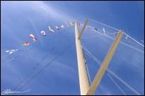 Je veux bien tous les petits fanions... ET le mat qui les tient ! (Transat Québec-St-Malo, Québec, juillet 2004.)