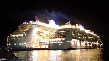 Une rare vue nocturne des bateaux! À gauche, le Independence.