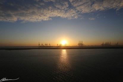 Lever du soleil sur l'embouchure du Canal de Suez à Port Saïd.