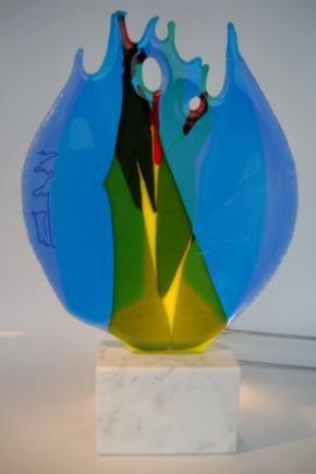 Glasobjekt auf Carraramarmor-Sockel