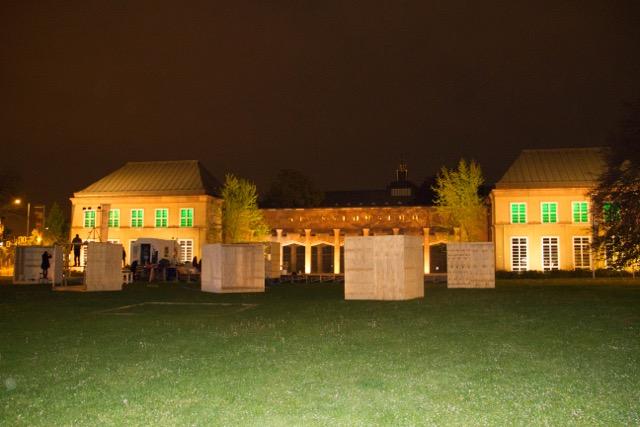 Projekt meyouwedo vor dem Grassimuseum. Zu sehen sind die Kuben auf dem Johannesplatz bei Nacht.