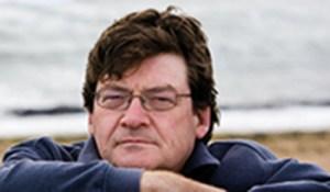 John Burnside, ein schottischer Autor sitzt an einer