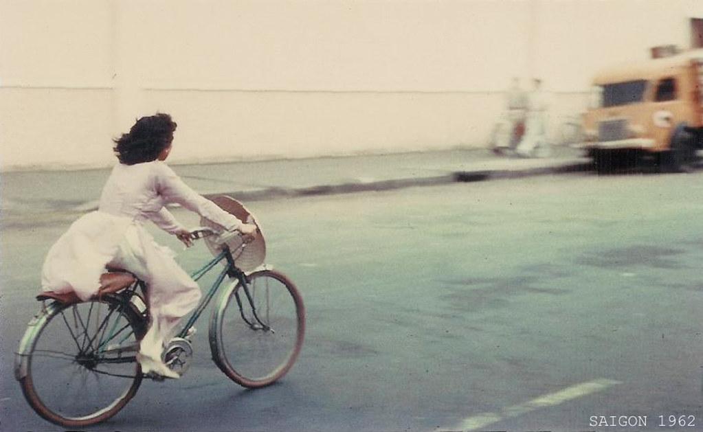 """""""1962 - Saigon Girl - Photo by Paul Naples - Đầu đường Hai Bà Trưng, hãng bia BGI"""" by manhhai CC"""