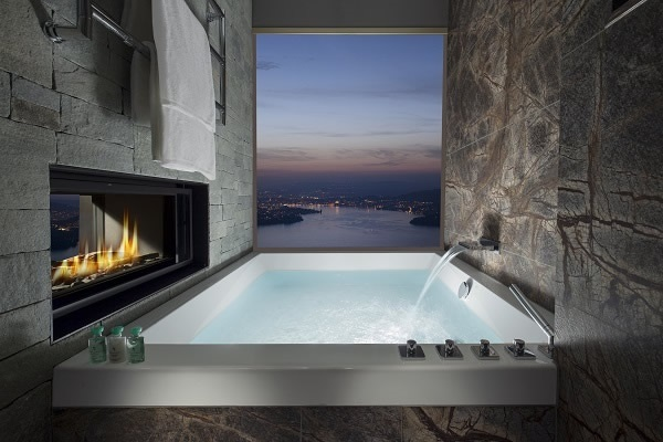 The views can even be enjoyed while taking a relaxing bubble bath. The near frameless windows help to make maximum use of the transparent area. (© copyright Buergenstock Hotels & Resort)