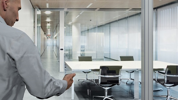 Glass partition walls used in offices can often be switched between transparent and opaque. Photos: Dorma Hüppe Raumtrennsysteme