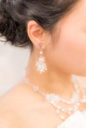 花嫁のイヤリングとネックレス