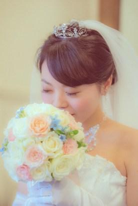 ブーケに顔を近づける花嫁