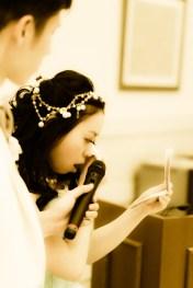 感謝の手紙を読みながら涙する花嫁