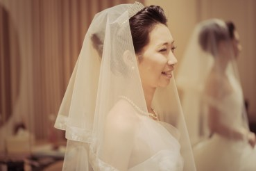 メイクルームで笑顔の花嫁
