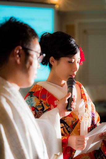 両親への感謝の手紙を読む花嫁
