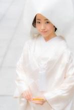 白い綿帽子をつけた花嫁のウエストサイズ