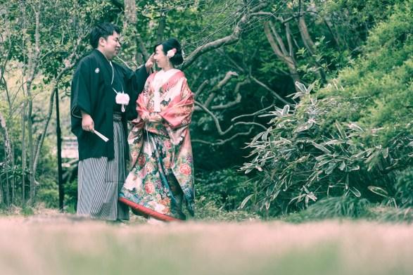 水琴亭の中庭で楽しく会話する新郎新婦