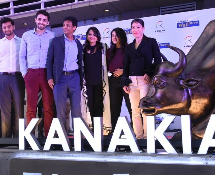 Mary Kom Unveils Bull and Fearless Girl at Kanakia Wall Street