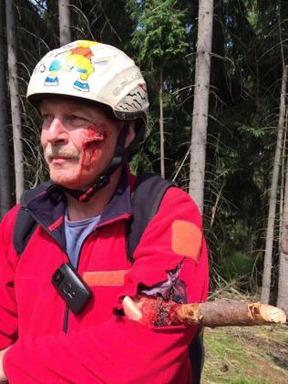 Gerhard wurde richtig realistisch zum Verletzten... Von der Schnittwunde im Gesicht bis zum Ast im Arm! Zum Glück alles nur Probe für den Ernstfall...