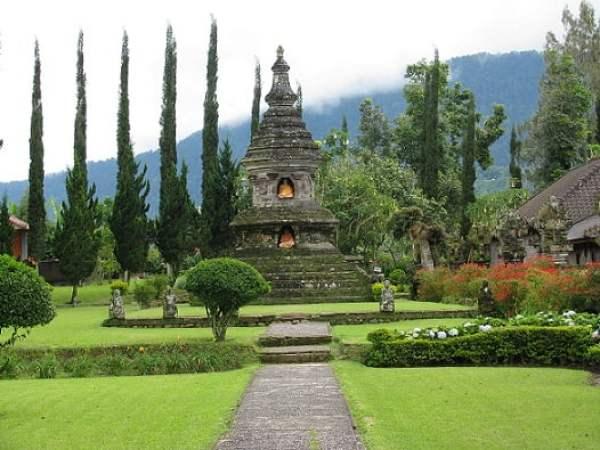 Travel-to-Bali-Ulun-Danu-Beratan-Glimpses-of-The-World