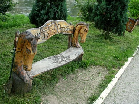 Serbia-travel-wooden-sculpture-Glimpses-of-The-World