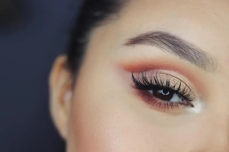 14 makeup fails that make makeup addicts cringe false lashes peeling off