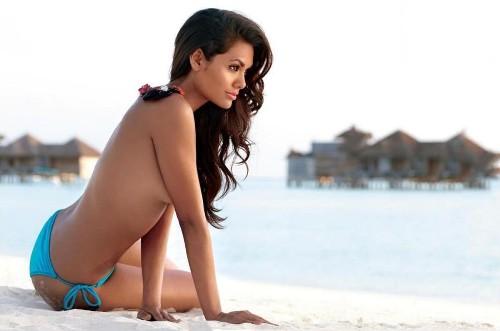 Esha Gupta Sizzling in Bikini