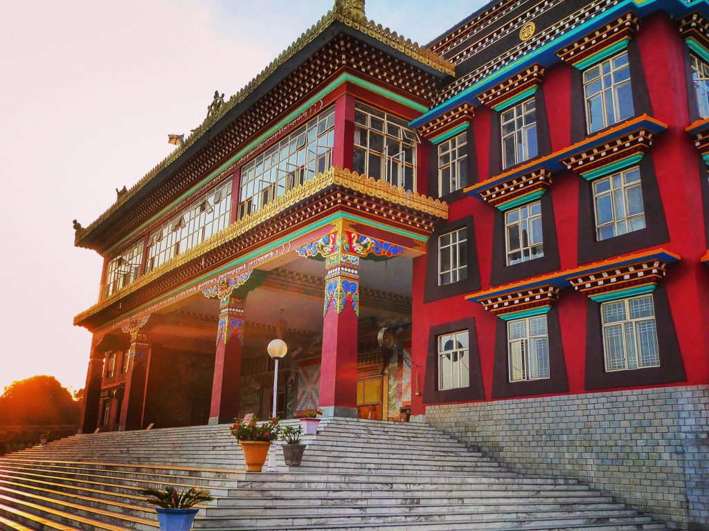 The Dzongsar Khyentse Chökyi Lödrö College of Dialectics is located about 20 mins east of Bir in Chauntra