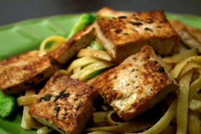 Try this garlic tofu pasta  as a quick and easy dinner. (VEGAN/VEGETARIAN RECIPES)