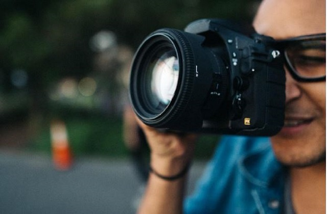 What Should You Consider When Choosing Between Mirrorless and DSLR Cameras?