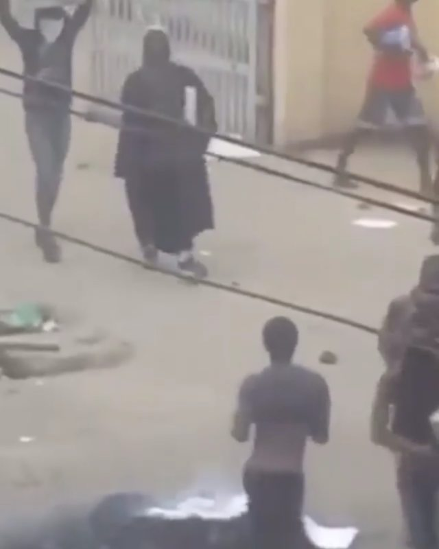 Video Of Angry Youth Wearing Judge's Robe And Wig As Mob Attack High Court In Lagos