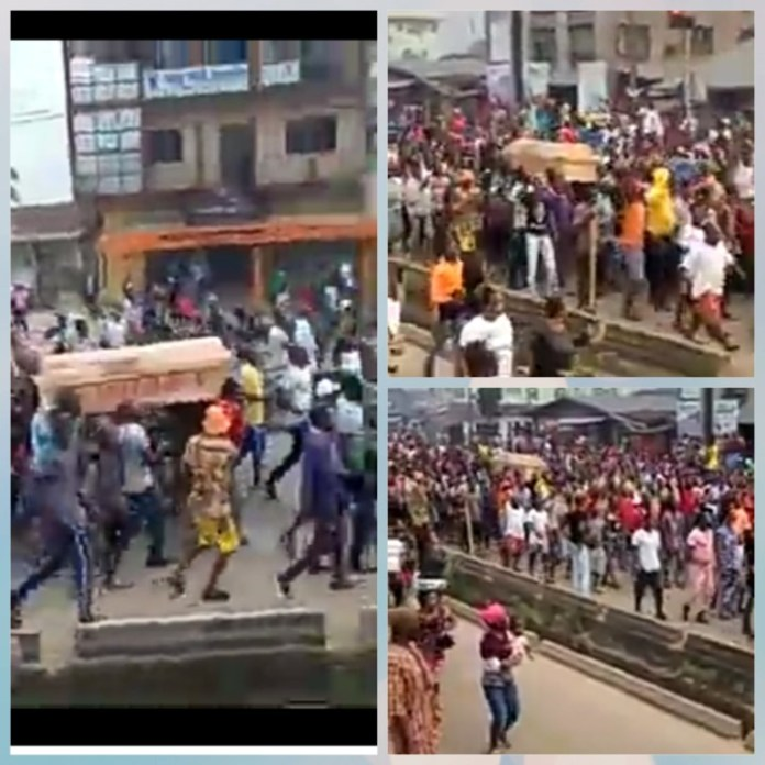 Video Of EndSARS Protesters In Edo State Carry Coffin And Chant Buhari Must Go