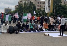 Video Of Endsars Protesters Observing Jumat Prayer At Lekki Tollgate And Alausa