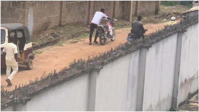 Video Showing Mob Invading Senator Teslim Folarin's House And Looting Empowerment Materials