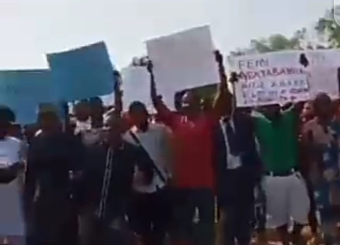 Video Of Abuja Newspaper Vendors Protest Over Killing Of Colleague By Speaker Aide