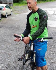 Die empfindlichen Bremsen der All Mountain Bikes und Enduros reagieren auf Fingerdruck.