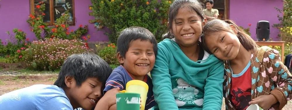 Volunteer with children in Peru