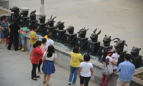 Local residents in Taiyuan, Shanxi Province, cool down at a fountain made of 12 bronze Chinese zodiac animals Sunday, a copy of the heads dating from 1759 found in the Yuanmingyuan, or Old Summer Palace in Beijing. The animal heads were first shown to the public on Saturday. Photo: CFP