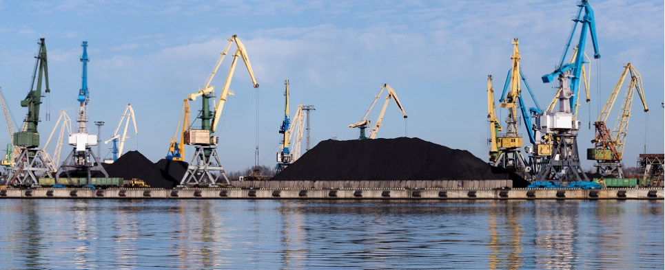 Environmental and health concerns have sparked controversy over handling of coal at Oakland bulk terminal proposed for port global logistics center.