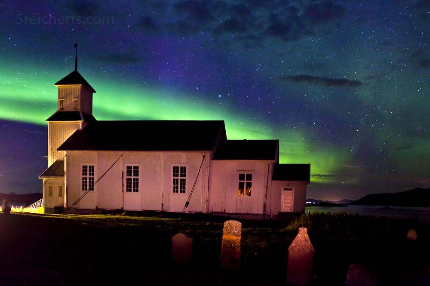 Gimsøy Kirche und Nordlicht