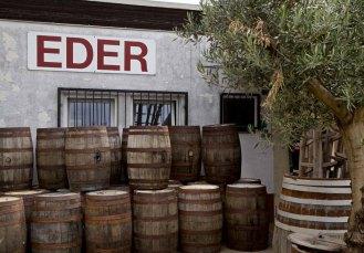 Weinstrasse - Küferei Eder - Gebäude und Fässer
