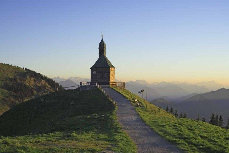 Wallbergkirche und Berge - © Manfred Manke