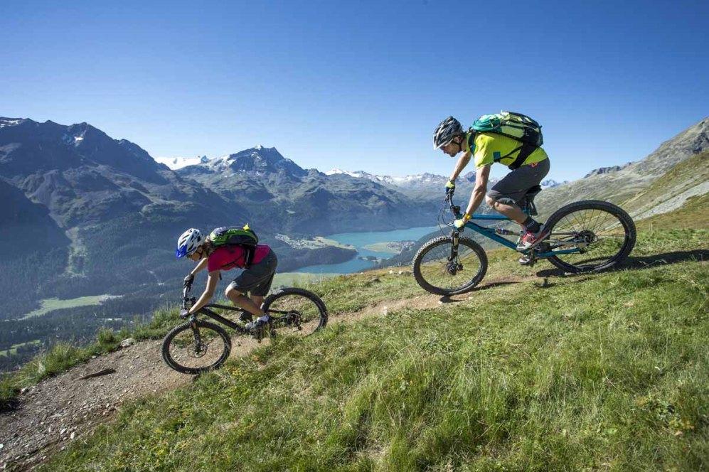 ENGADIN St. Moritz: Mountainbiker im Corviglia Gebiet